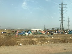 Slums in der nähe vom Mercedes-Benz Werk in Pune